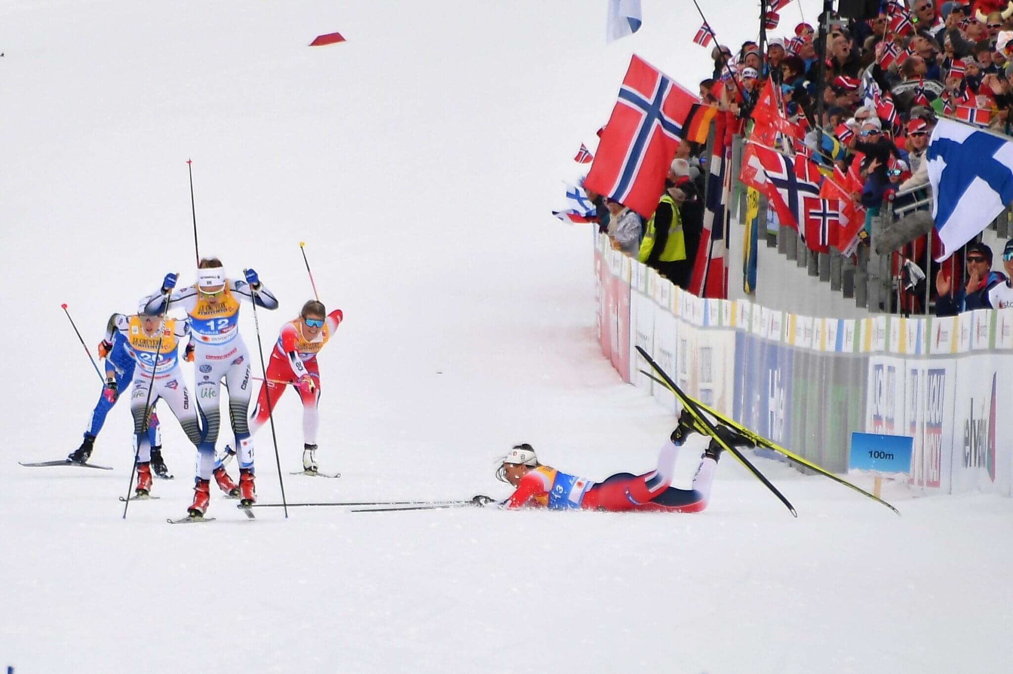 Norges Kristine Stavaas Skistad (till höger) faller. Till vänster i bild Stina Nilsson och Jonna Sundling under semifinalen av damernas  sprinttävling i världscupen i Österrike 2019.  (Foto: JOE KLAMAR / AFP)
